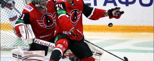 Матч между екатеринбургским «Автомобилистом» и челябинским «Трактором» перенесли из-за массовой болезни хоккеистов