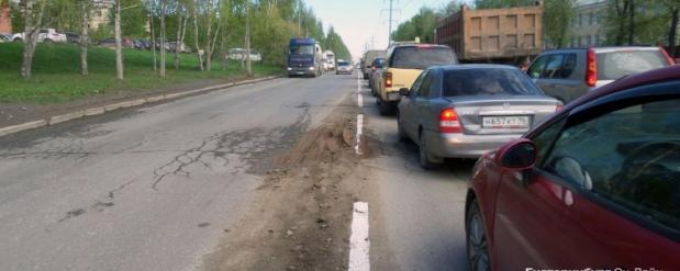 В Екатеринбурге прямо на грязь и ямы наносят дорожную разметку
