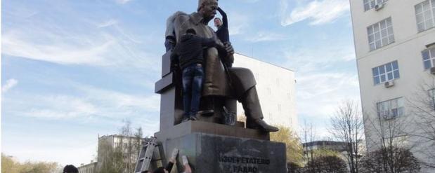 День радио: студенты радиофака отмыли памятник Попова и готовятся к шествию