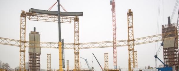 На стадионе в Екатеринбурге, где пройдут матчи ЧМ-2018, рабочие начали монтаж крыши