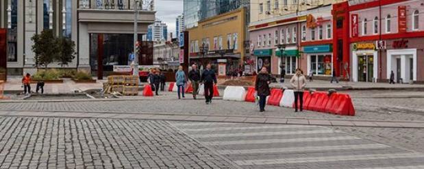 В центре Екатеринбурга не смогли свести концы пешеходного перехода