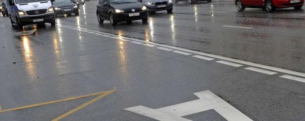 На достаточно загруженной и сложной дороге в Екатеринбурге появились выделенки для общественного транспорта